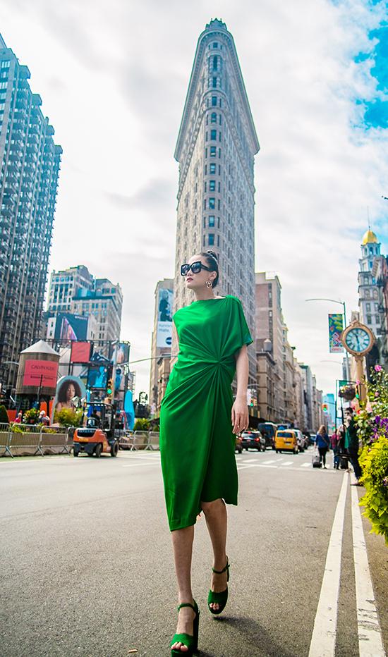 Kha Mỹ Vân gợi ý mặc đẹp cùng tông xanh lá bắt mắt - ảnh 1