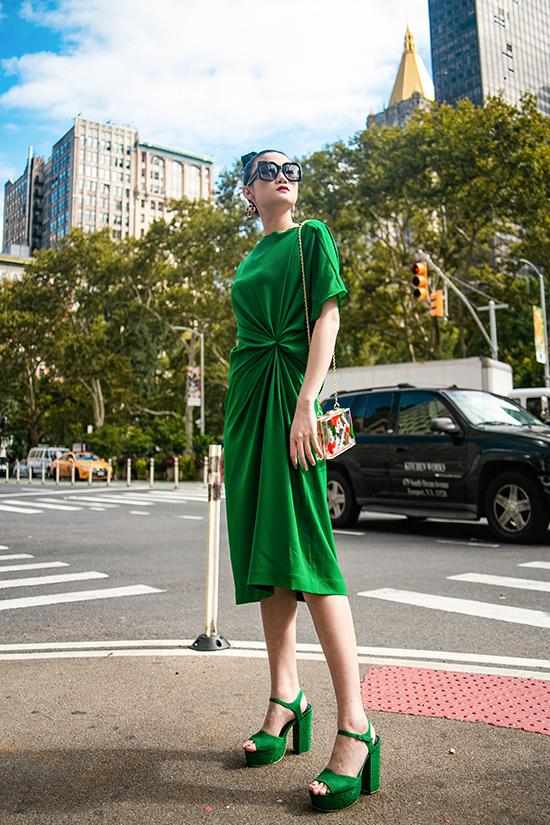 Kha Mỹ Vân gợi ý mặc đẹp cùng tông xanh lá bắt mắt - ảnh 2