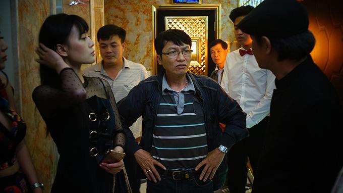 Đạo diễn Mai Hồng Phong (giữa) tại phim trường Quỳnh búp bê.