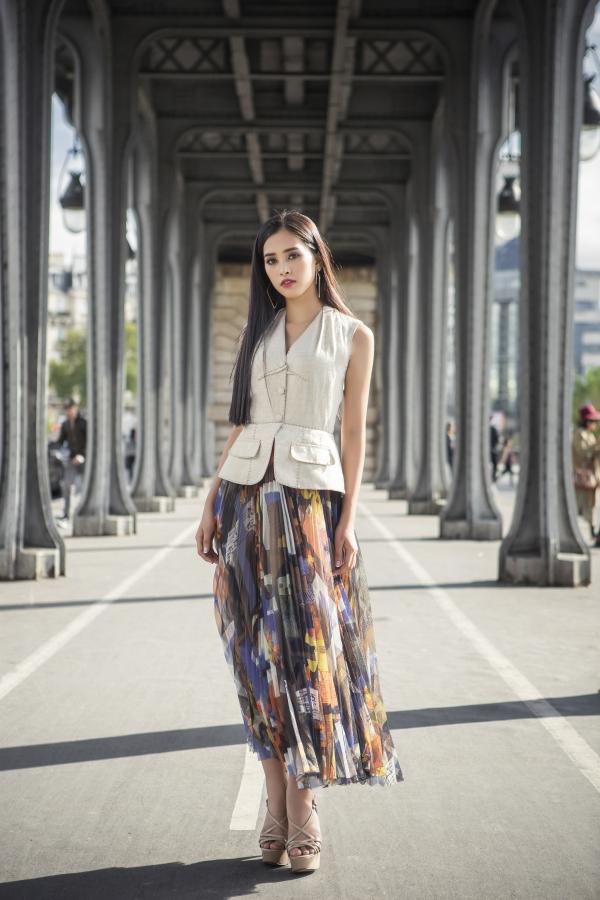 Hoa hậu Việt Nam 2018 khoe nhan sắc trên đường phố Paris. Cô có gương mặt khả ái, hiện đại.