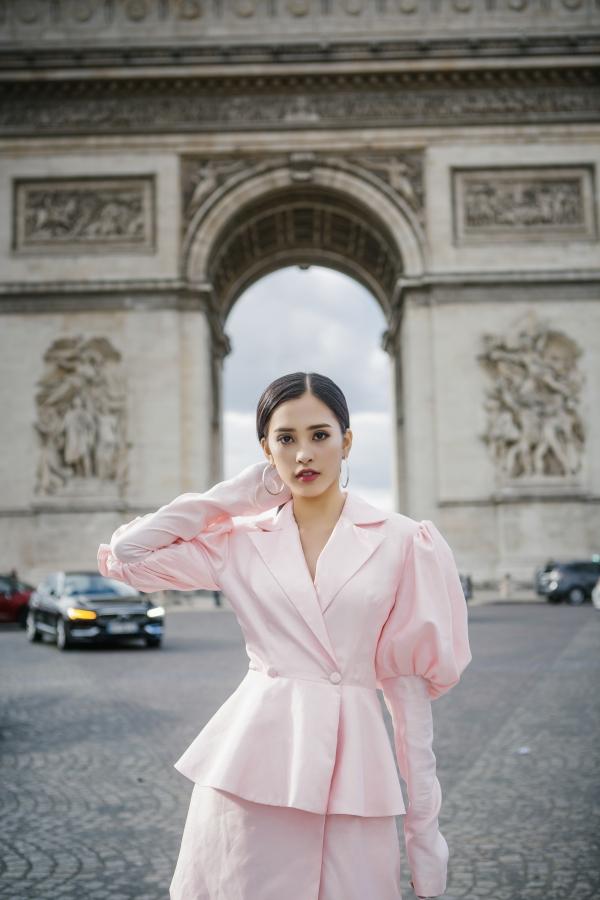 Bộ trang phục có gam màu hồng nhẹ nhàng nhưng vẫn tôn nét cuốn hút cho người đẹp nhờ chi tiết tay phồng.