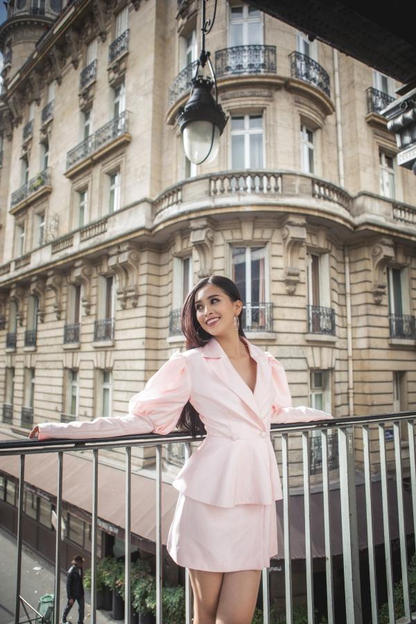 Không khí trong lành khiến Tiểu Vy hào hứng tận hưởng. Cô cũng yêu thích khám phá khung cảnh cố kính của Paris.