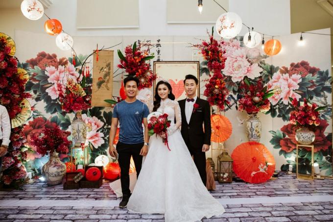 Nhờ người lạ chỉ đường đi học, cô dâu Tuyết Anh lấy được chồng như ý. Cô và chú rể Diệu Hán (người Trung Quốc) vừa cùng Dzung Wedding tạo nên đám cưới đẹp như mơ giữa Sài Gòn. Để không gian thêm sang trọng, background được điểm phông nền hoa mẫu đơn, tượng trưng cho cuộc hôn nhân hạnh phúc, con đàn cháu đống. Đây cũng làloài hoa vương giả, sang trọng ở Trung Quốc, biểu tượng cho sự giàu có, thịnh vượng vàsắc đẹp.