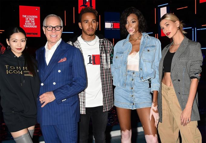 Hailey Baldwin bên các vị khách và chủ nhân của sự kiện (từ trái qua phải): Người mẫu Nhật Bản Nobuaki Kaneko, nhà thiết kế Lewis Hamilton, tay đua Tommy Hilfiger, người mẫu Winnie Harlow.