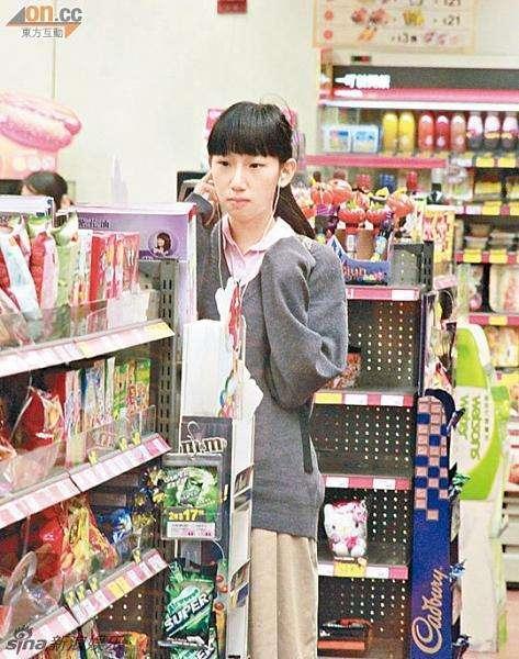 Tạ Chỉ Huệ năm 16 tuổi - thời điểm dính scandal với Trần Quán Hy. Khi đó, trông cô bé gầy nhẳng, nhan sắc khiêm nhường. Cô còn bị chế giễu là cô bồ xấu nhất của Trần Quán Hy.