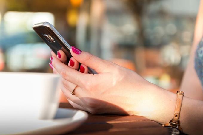 Luật pháp UAE quy định nghiêm ngặt về quyền xâm phạm riêng tư trên điện thoại, kể cả đối với các cặp vợ chồng. Ảnh: Pexels.