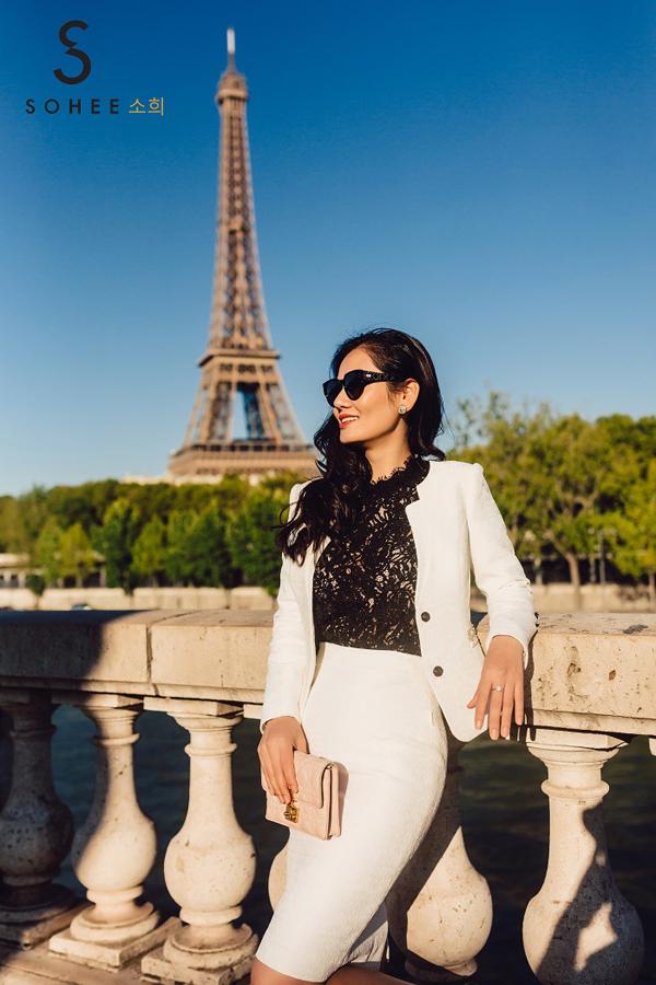 Hà Bùi - CEO thương hiệu thời trang công sở cao cấp Sohee vừa có chuyến công tác dài ngày ở châu Âu để tìm hiểu về thị trường, đồng thời cập nhật những xu hướng mới của làng thời trang thế giới, áp dụng vào các sản phẩm của hãng. Nữ doanh nhân cũng ghi lại bộ ảnh street style trên đường phố Paris với các thiết kế nằm trong bộ sưu tập Femme Fatale Collectiondo chính chị lên ý tưởng sáng tạo.