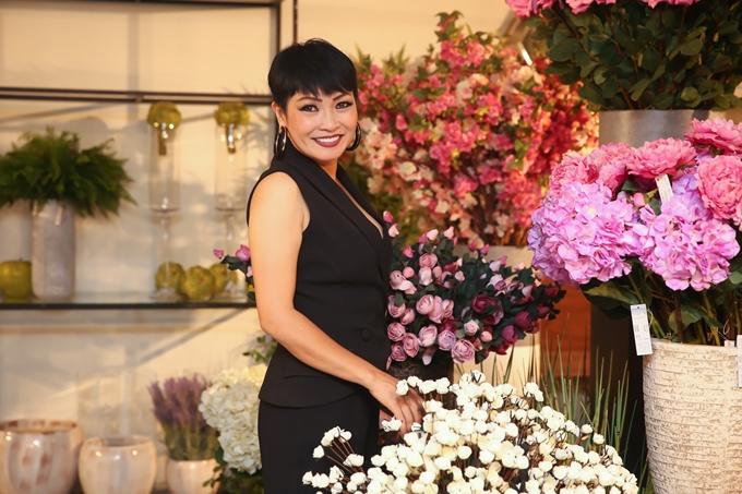 Ca sĩ Phương Thanh chọn trang phục màu đen phù hợp độ tuổi và vóc dáng của bản thân.