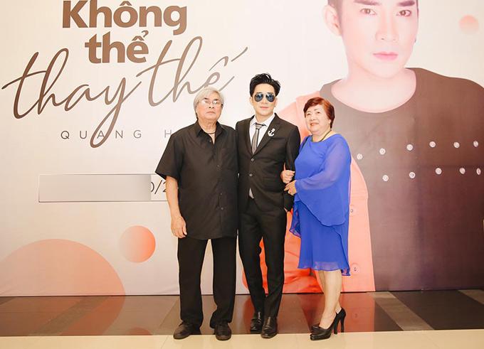 Bố mẹ Quang Hà đến chúc mừng con trai.