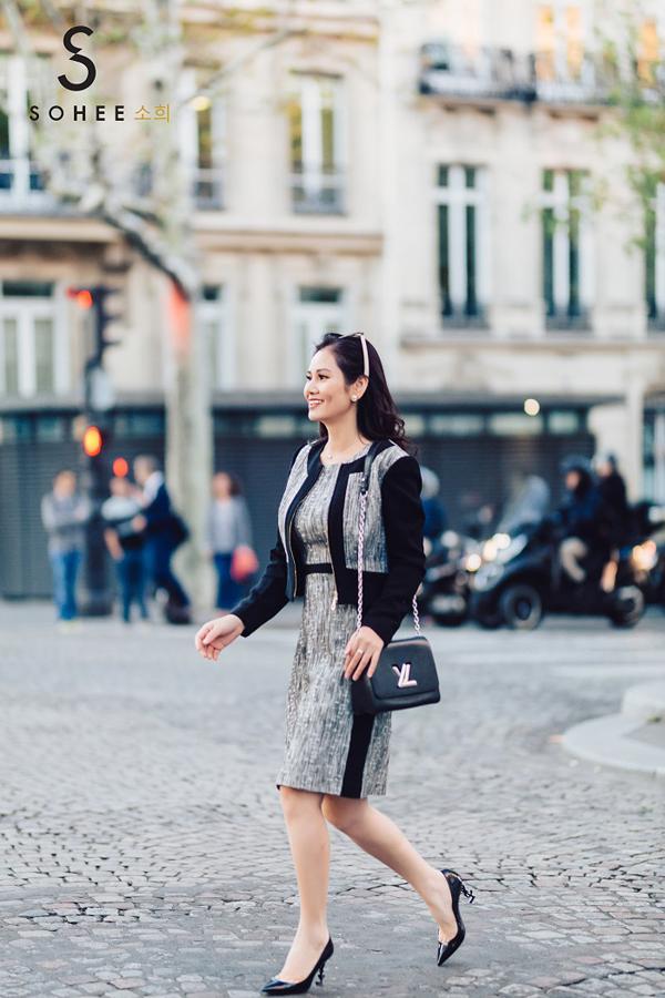 Bên cạnh gam màu trắng, doanh nhân Hà Bùi còn sử dụng tone ghi và đen trong bộ sưu tập. Theo cô, đây là những gam màu trung tínhđược ưa chuộng ở châu Âu, Nhật Bản và Hàn Quốc.