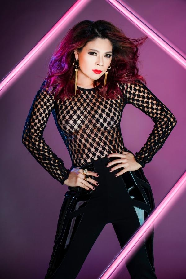 Nữ ca sĩ diện áo chất liệu xuyên thấu, tự tin khoe dáng trước ống kính.