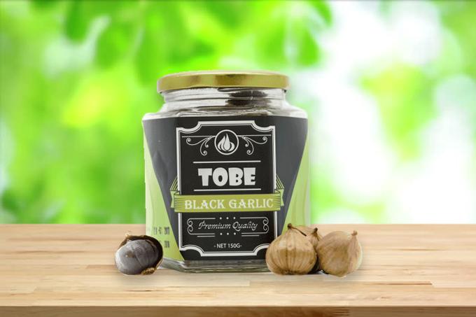 Tỏi đen cô đơn Tobe hũ thủy tinh 150 gram (nguyên vỏ): giảm 4% còn 255.000 đồng.Trong 100 gam tỏi đen Tobe chứa đến 1.400mg polyphenol - hợp chất giúp giảm cholesterol, bảo vệ tim mạch, chống lão hóa. Sản phẩm có vị ngọt bùi, dẻo, không còn vị hăng nồng.