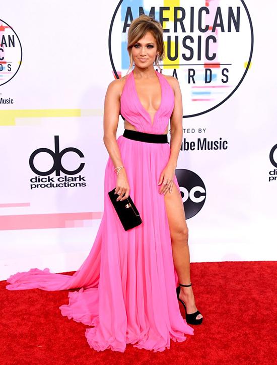 J.Lo luôn xứng danh người đẹp không tuổi ở Hollywood bởi thân hình ngày càng gợi cảm hơn. Nữ ca sĩ sẽ trình diễn một ca khúc mới trong lễ trao giải American Music Awards 2018.