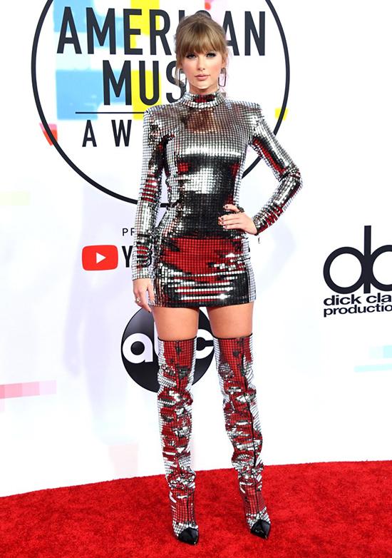 Taylor Swift cá tính với váy bó sát và bốt cao cổ.
