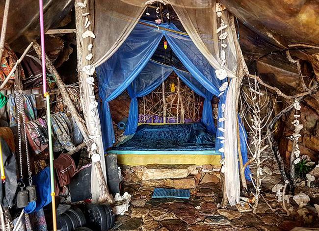 Bên trong hang động ở Koh Phangan - nơi ở của ông Losir (48 tuổi). Ảnh: Facebook.