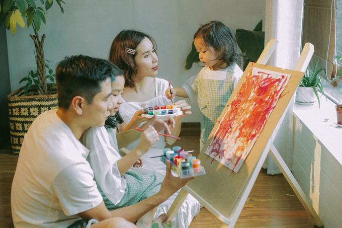 Ngoài thời gian dành cho âm nhạc, hai vợ chồng luôn dành thời gian cùng chơi đùa, dạy dỗ các con.