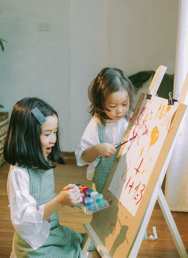 Lưu Hương Giang tiết lộ, hai chị em Mina và Misu tính cách trái ngược. Cô em tự lập, cá tính hơn cô chị. Bé mới hơn 2 tuổi nhưng đã biết nói rất rõ, tự xúc ăn được. Từ khi có em bé Mina ra dáng chị hai, luôn nhường nhịn, giúp bố mẹ trông em gái.
