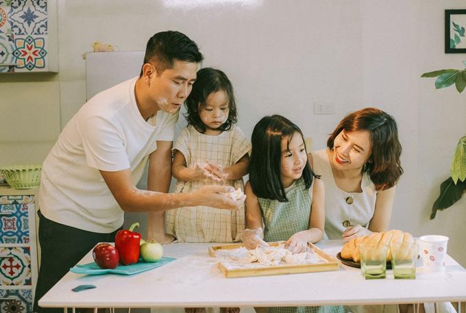 Khoảnh khắc cả gia đình Lưu Hương Giang cùng học làm bánh rất ấm áp, bình yên.