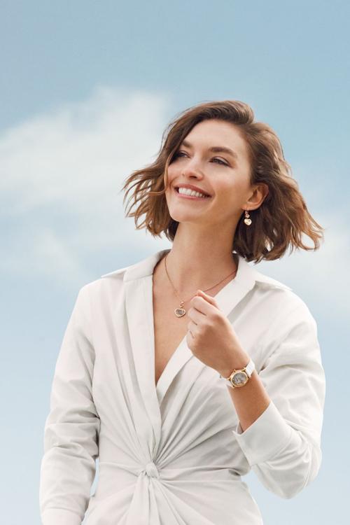 Siêu mẫu Ariona Muse đeo trang sức Happy Heart và đồng hồ Happy Sport mặt số ngọc trai.
