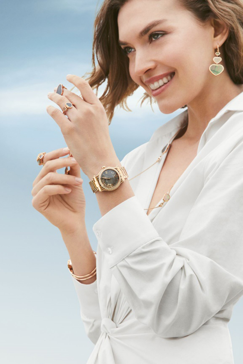 Đồng hồ Happy Sport mặt xám vân guilloche với những viên kim cương chuyển động tự do trên bề mặt, lan tỏa nguồn năng lượng tích cực cho một ngày vui.
