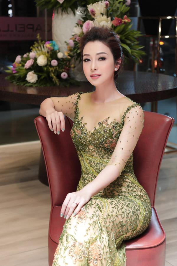 Hiện tại cô sống cùng ông xã và ba con trong một căn chung cư cao cấp ở Hà Nội.