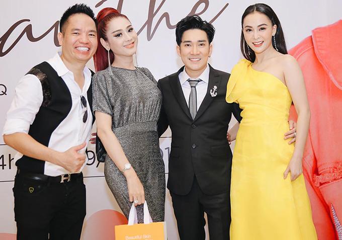 Ca sĩ Lâm Khánh Chi (thứ hai từ trái qua), ca sĩ Mỹ Ngọc - quan quân Duyên dáng Bolero (váy vàng) vui vẻ chụp ảnh cùng Quang Hà và ông bầu Quang Cường (ngoài cùng bên trái).