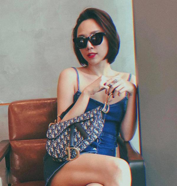 Váy siêu ngắn, váy khai thác vẻ đẹp của bờ vai thon thường xuyên được Tóc Tiên lựa chọn để phối đồ street style.