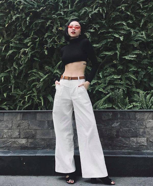 Nhờ dự cảm tốt về dòng chảy xu hướng mới, Tóc Tiên thường là người mặc đầu tiên các mốt váy áo ăn khách. Đơn cử như kiểuáo hở eo khiến sao Việt mê đắm ở mùa thu 2018.