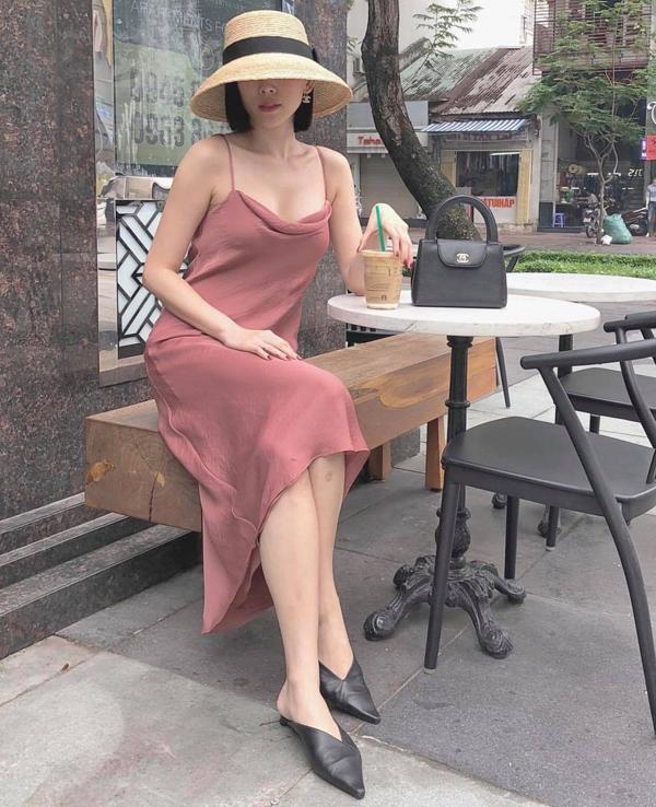 Mỗi khi xuống phố, Tóc Tiên thường thể hiện cách chọn lựa phụ kiện một cách tinh tế để tạo nên tổng thể hài hòa cho từng set đồ.