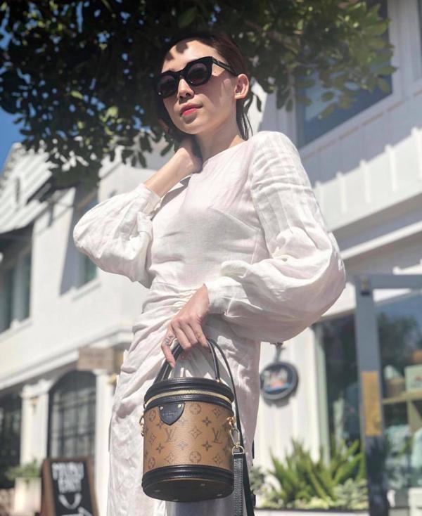 Ngoài các kiểu trang phục ôm sát đường cong, Tóc Tiên còn chọn thêm các mẫu váy cắt xẻ sexy, váy phom dáng rộng, đầm lụa mềm mại để tránh sự nhàm chán.