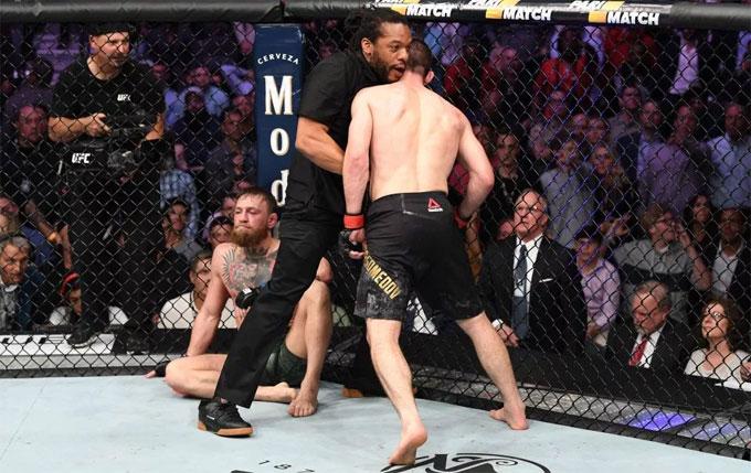 Dan Bilzerian từng cổ vũ cho bạn thân Mayweather ở trận boxing tỷ đô năm ngoái gặp McGregor. Anh tiếp tục chứng kiến thất bại của tay đấm người Ireland khi gặp đối thủ Khabib.