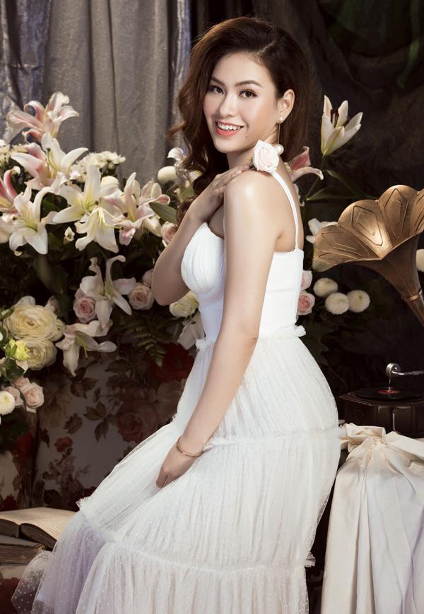 Diễm Trần rất thích các kiểu váy voan bồng bềnh, tôn vẻ nữ tính.