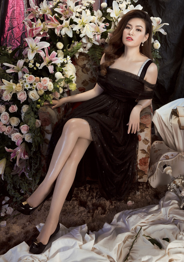 Gam màu đen và thiết kế trễ vai giúp cô khoe khéo làn da trắng mịn màng.