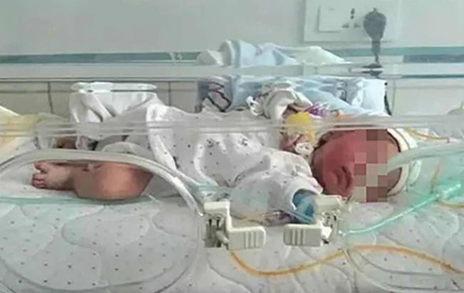 Em bé đang được chăm sóc y tế tại phòng khám ở Lợi Xuyên, Hồ Bắc. Ảnh: SCMP.