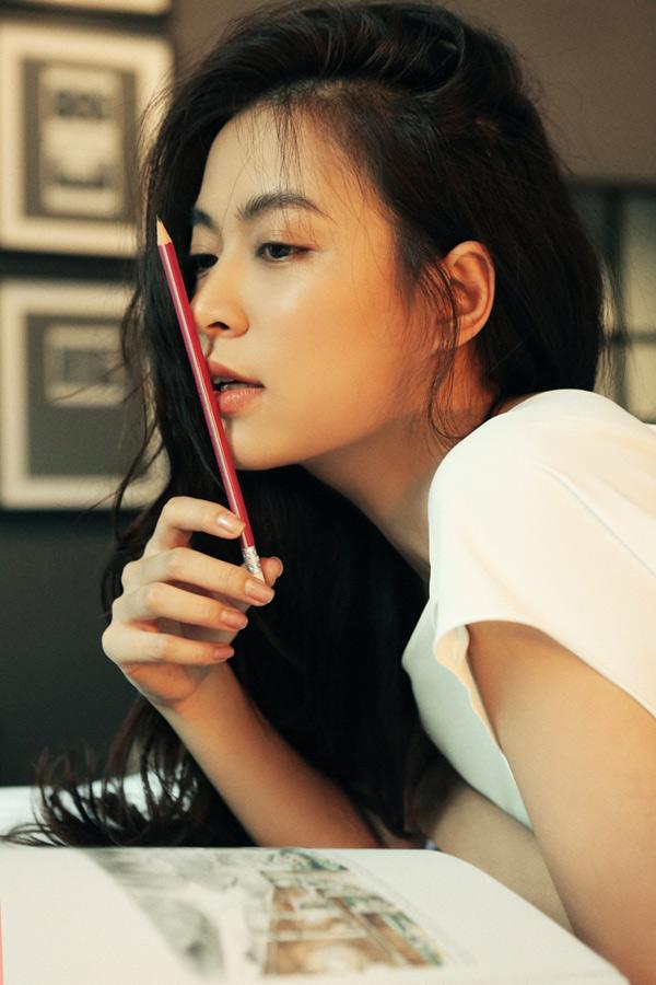 Hoàng Thùy Linh tiết lộ, bình thường cô ít khi trang điểm, chỉ thoa chút son để bờ môi trông đầy đặn, tươi tắn hơn.