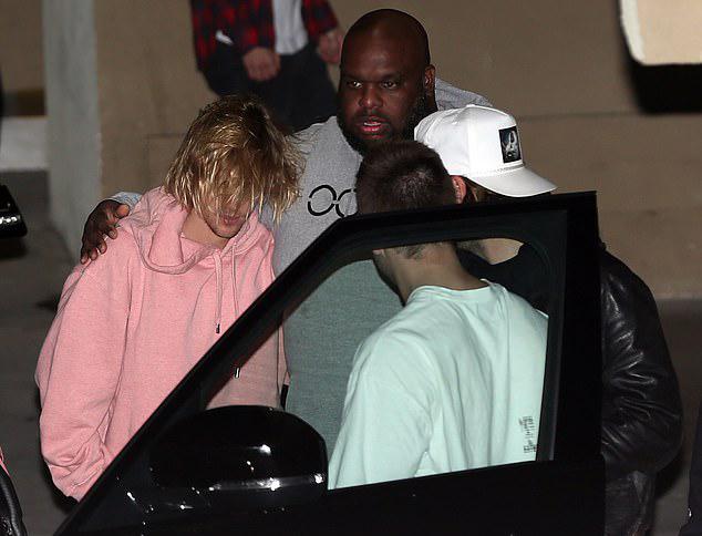 Một vài người bạn như động viên, an ủi Justin.