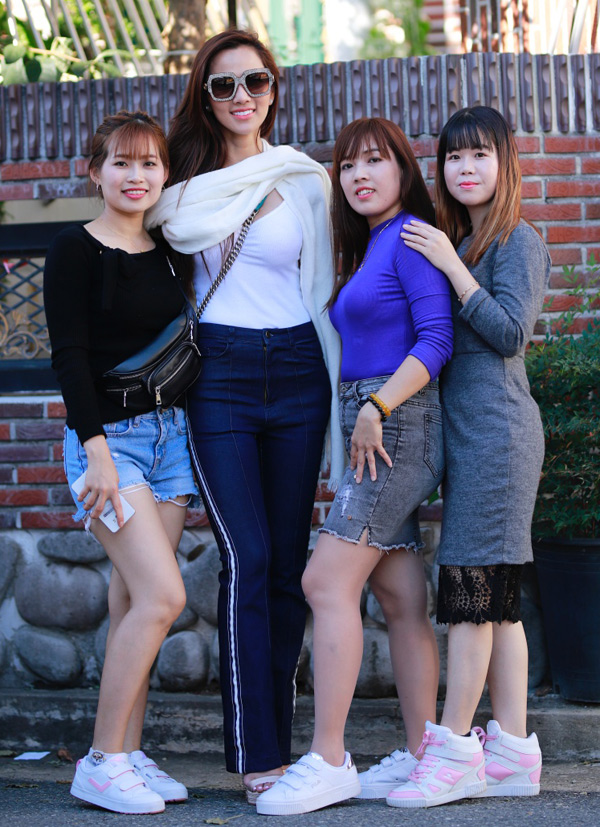 Kim Cương được một nhóm fan nữ xin chụp ảnh chung.