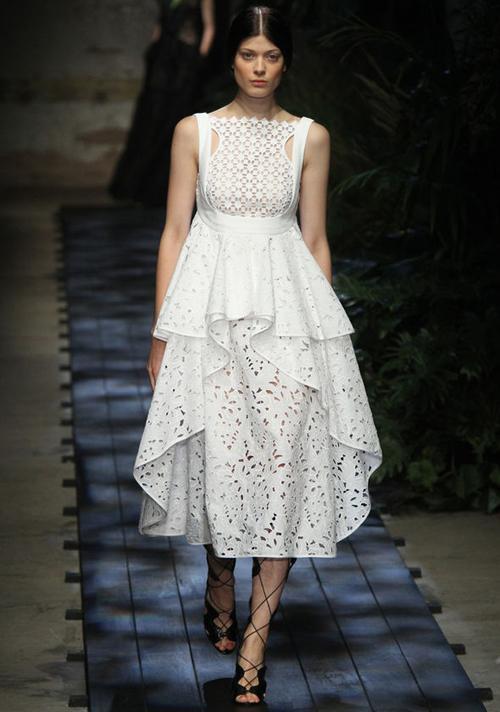 meghan-markle-wedding-dress-pi-5244-7940-1539247171.jpg