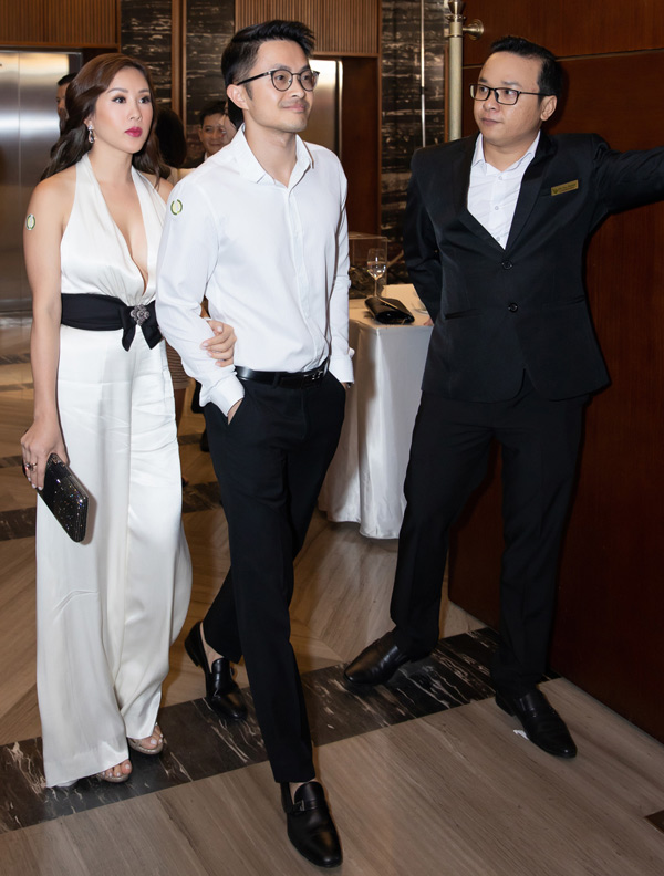 Thu Hoài và bạn trai vừa trở về sau chuyến du lịch châu Âu, kỷ niệm 3 năm hẹn hò. Cặp đôi mặc ton-sur-ton làm khách mời trong một sự kiện tại TP HCM.