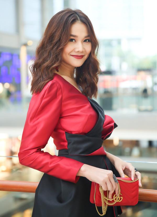 Người đẹp xinh tươi với trang phục lệch vai, túi xách hàng hiệu trên tay.