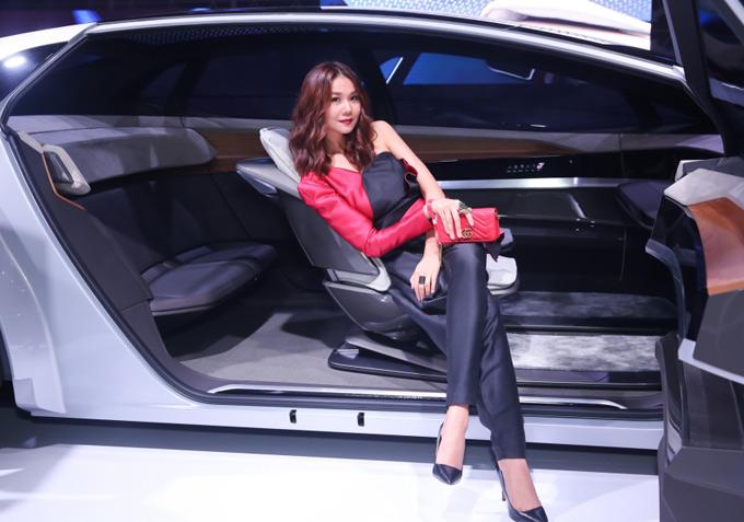 Cô thích thú ngồi thử và chụp ảnh với chiếc xe hơi không người lái vừa ra mắt.