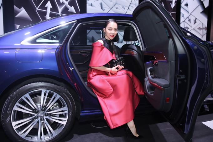 Diễn viên múa Linh Nga cũng diện váy hai màu đen - đỏ trong chương trình này.