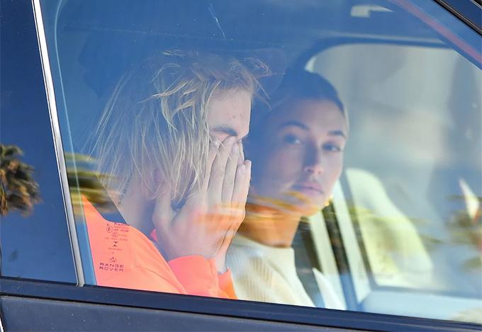 Justin Bieber được trông thấy nức nởbên Hailey Baldwin trong xe hơi trên đường phố Los Angeles vào sáng thứ 5, 11/10. Trong khi vợ sắp cưới lái xe, Justin ngồi ghế phụ, không ngừng lau nước mắt.