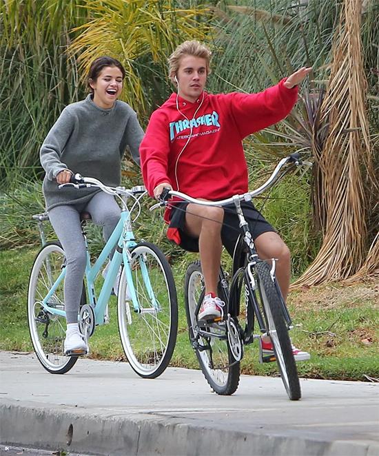 Thời điểm này năm ngoái, Justin và Selena bắt đầu hẹn hò trở lại. Cặp sao đã có những ngày rất vui vẻ, hạnh phúc bên nhau. Tuy nhiên mối quan hệ của hai người kết thúc vào tháng 3/2018.