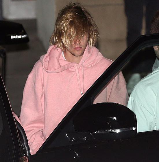 Tối thứ 4, Justin đã đến nhà thờ một mình đểu cầu nguyện. Anh xuất hiện với dáng vẻ bơ phờ, mệt mỏi.