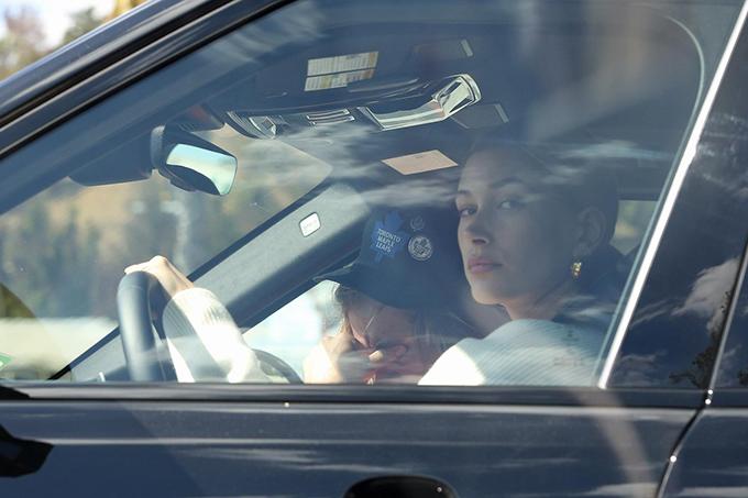 Hailey Baldwin đã lái xe đưa Justin đến nhà mục sư ở Los Angeles để chồng được an ủi phần nào.