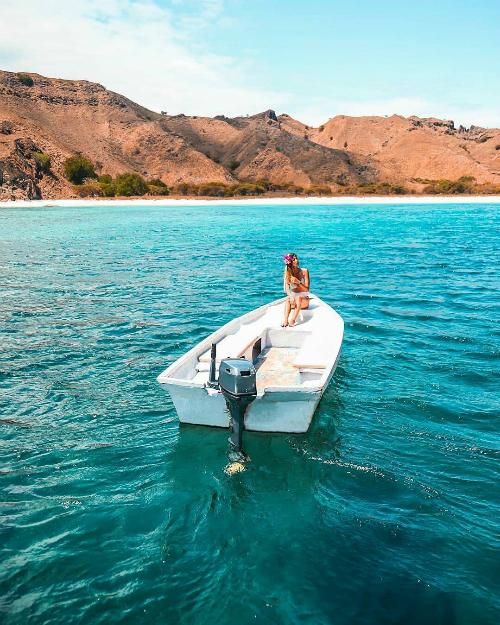 Hòn đảo nằm khá tách biệt, du khách có thể tiếp cận nơi này bằng tàu hoặc thuê cano. Do chưa được khai thác du lịch nhiều, lại nằm trong khu bảo tồn quốc gia nên cảnh quan nơi này vẫn còn khá hoang sơ, êm đềm, thích hợp cho những người đam mê khám phá.