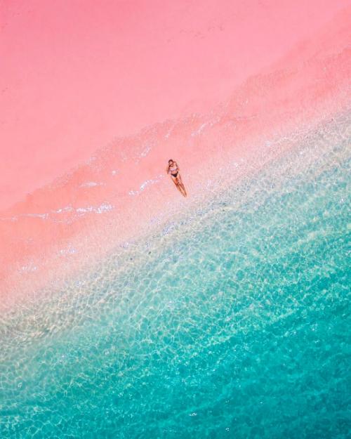 Làn nước biển xanh trong màu ngọc bích, vỗ sóng bên bờ cát hồng baby đẹp như một bảng màu của các họa sĩ, trở thành địa điểm chụp ảnh check in sống ảo nổi tiếng ở quốc gia vạn đảo.