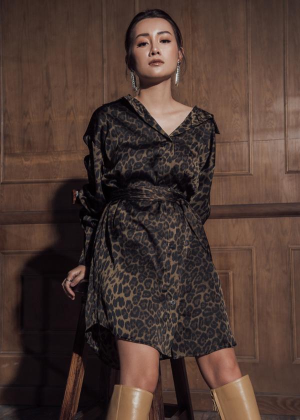 Hòa cùng trào lưu họa tiết da báo đang hot, Quỳnh Chi chọn thiết kế đầm sơ mi nữ tính. Kiểu dáng này dễ ứng dụng, có thể theo chân phái đẹp trong nhiều hoàn cảnh như đi làm, dạo phố, hẹn hò...