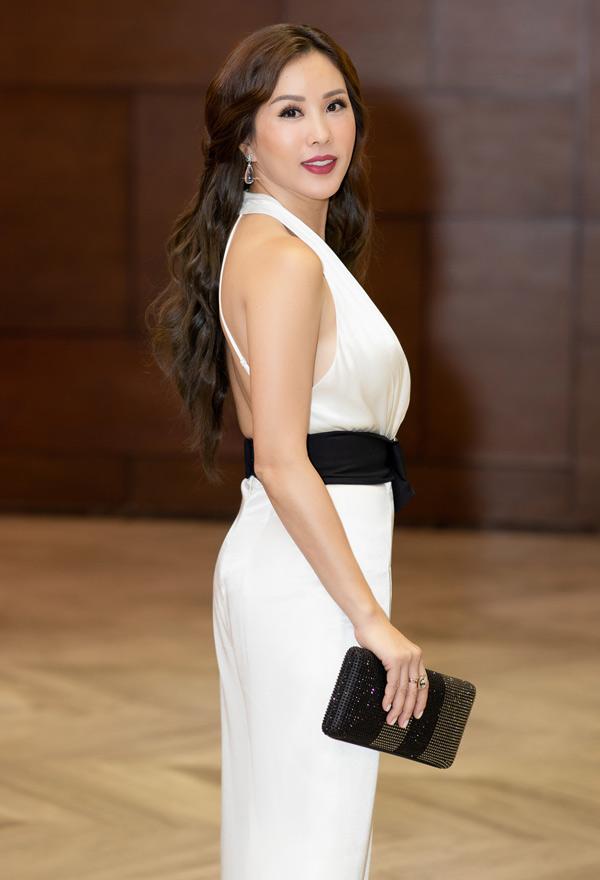 Bộ jumpsuit còn giúp Hoa hậu Phu nhân 2012 phô trọn lưng trần gợi cảm.
